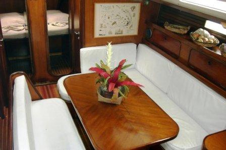 Segelboot im Korallenarchipel