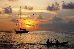 Sonnenuntergang auf ein em Segelboot in Los Roques