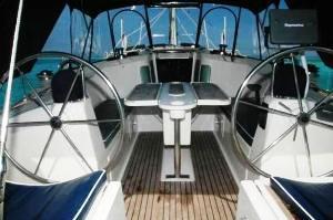 Komfortables Segelboot im Korallenarchipel
